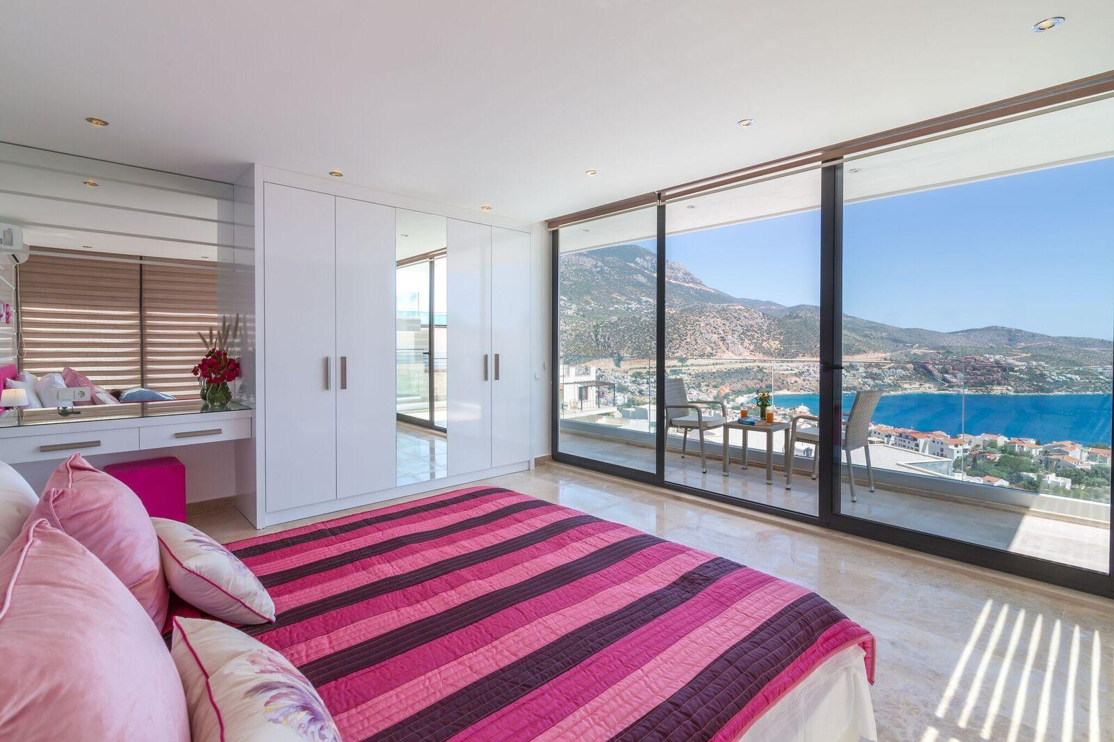 Bedroom 2 - 1st Floor - Kingsize Bed