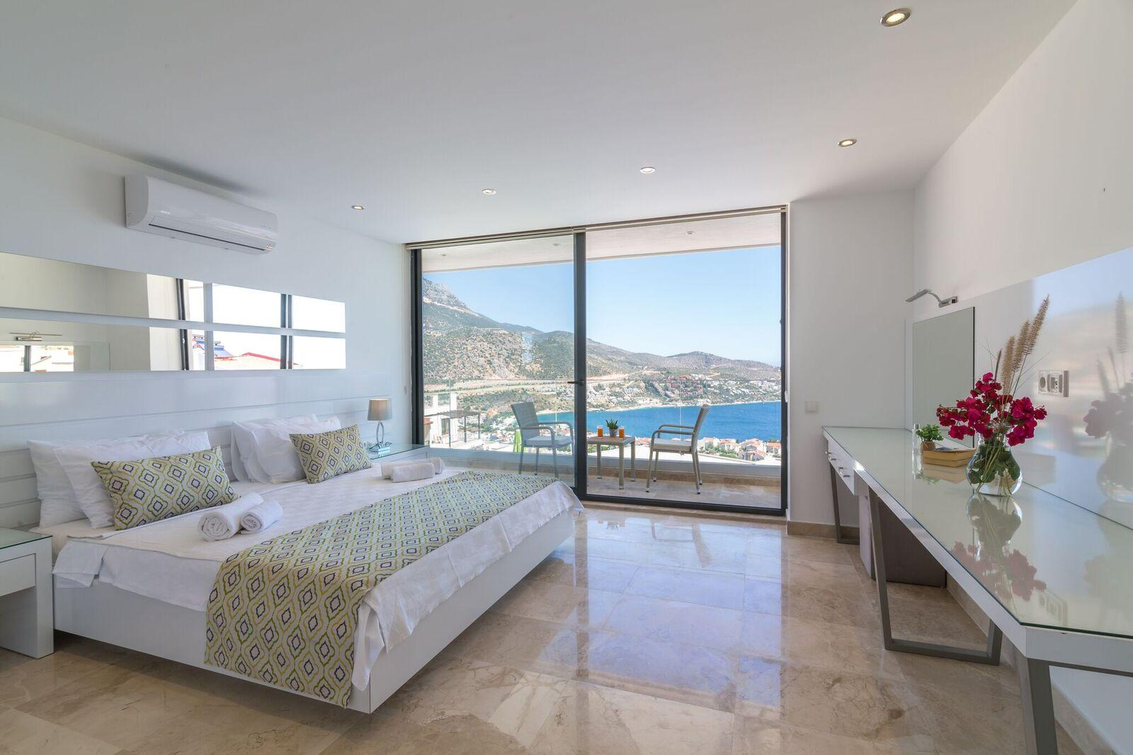 Bedroom 4 - 1st Floor - Super Kingsize Bed with double shower ensuite