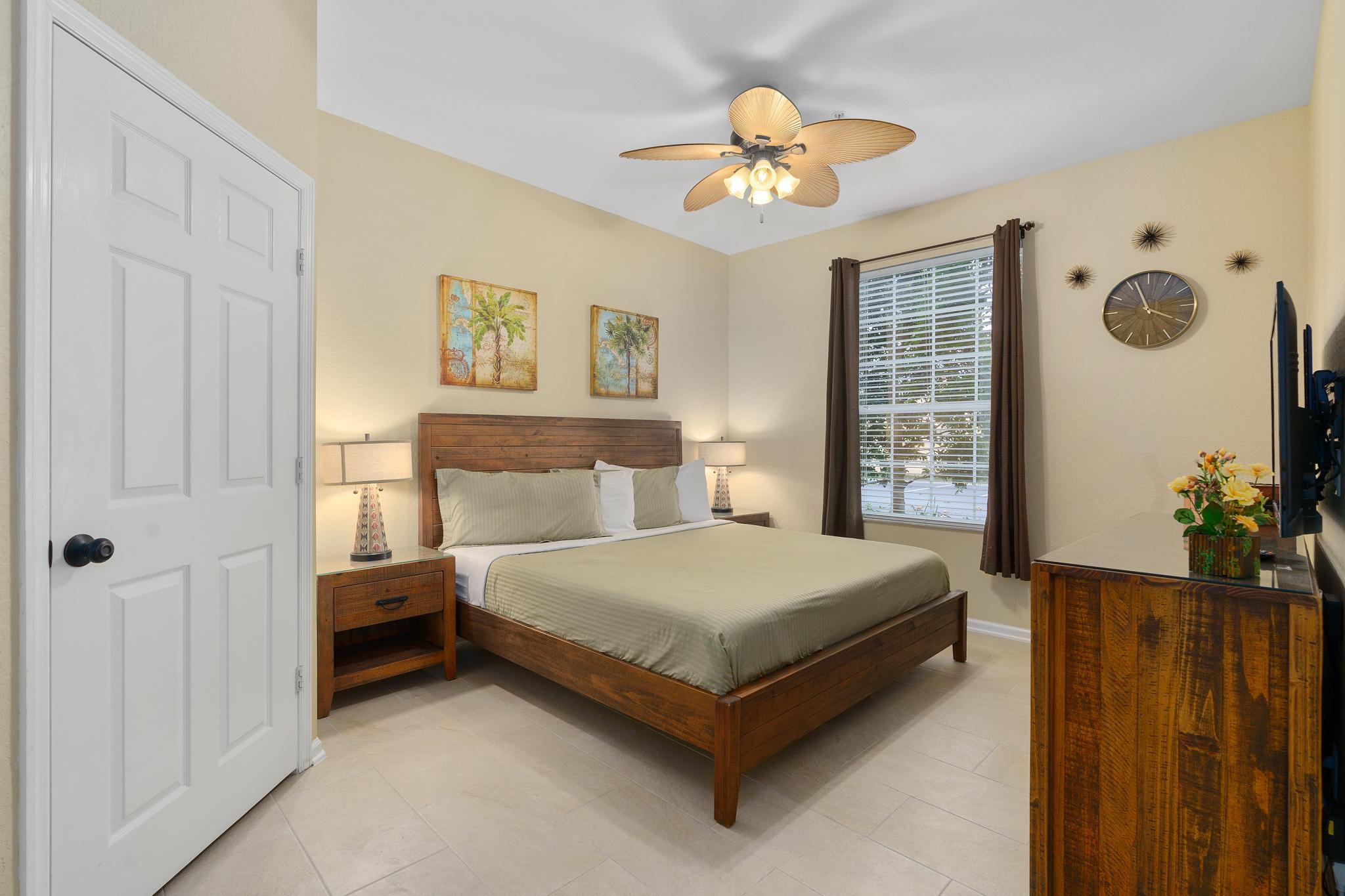Master bedroom - King bed - en suite