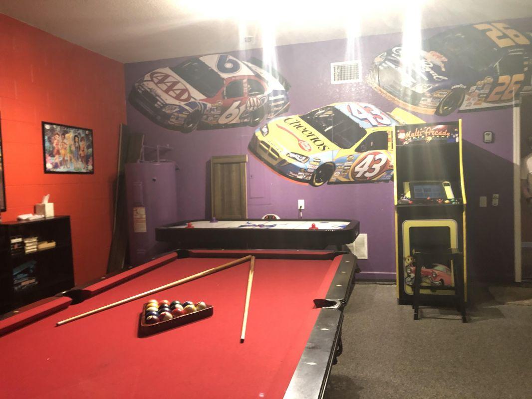 Game room w/billiards, arcades and air hockey