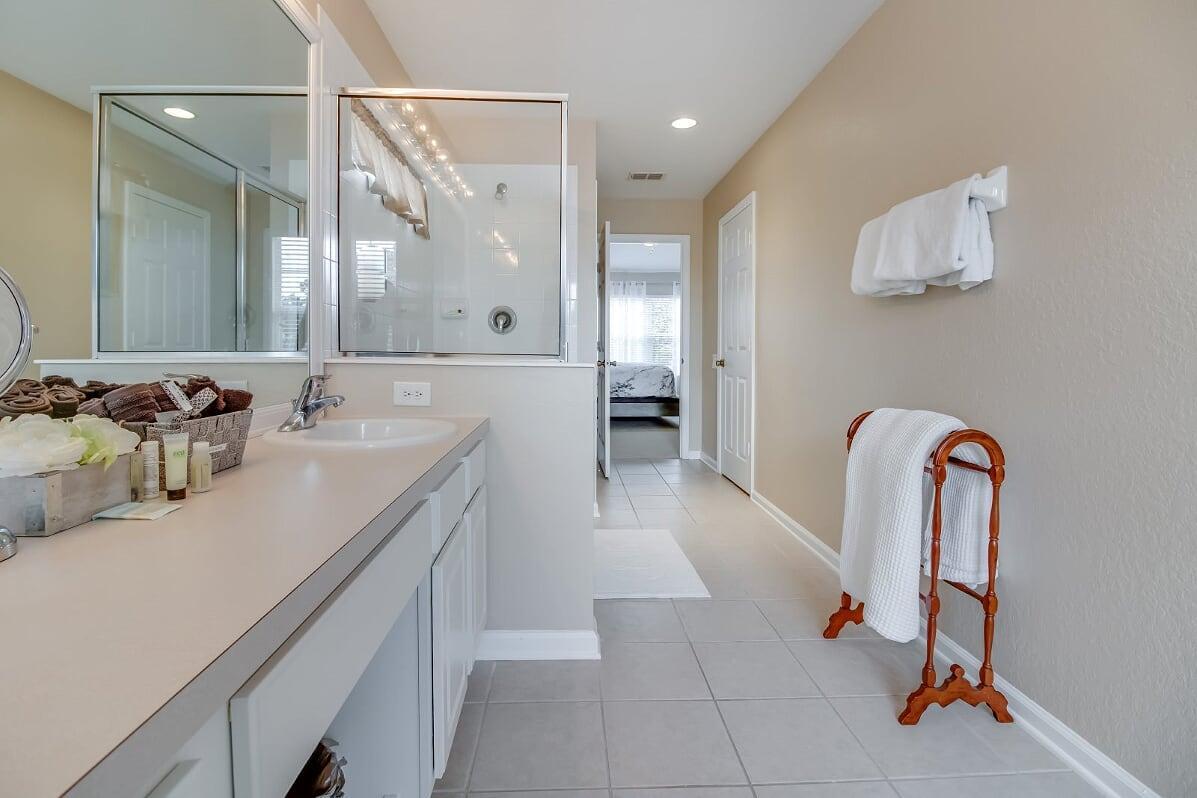 Upstairs Master Bathroom (BA 2 of 4)