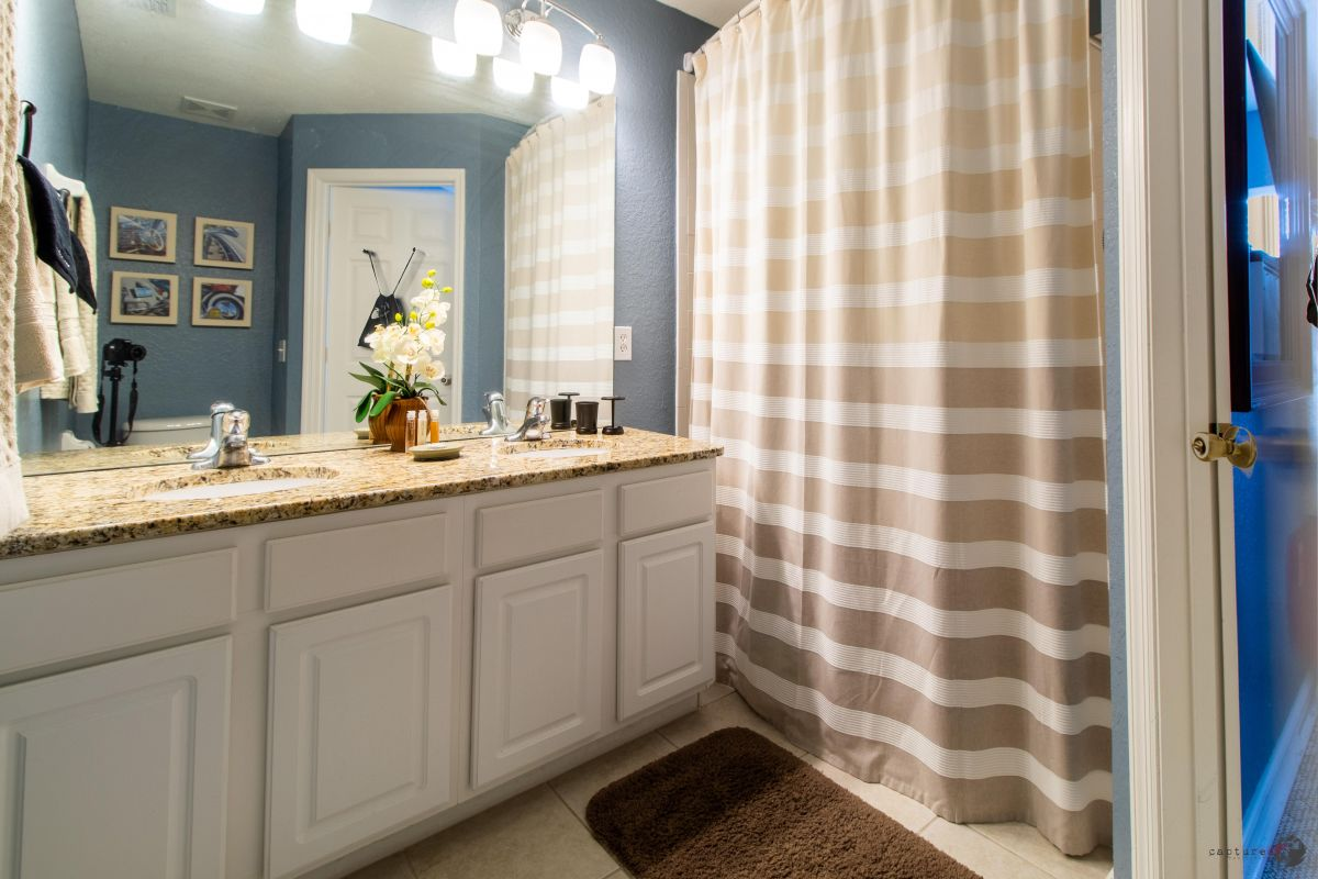 Second floor full-bathroom with tub � Access through king bedroom