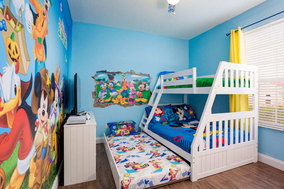Bunk bed that sleeps 4 (twin + full + twin pull out trundle).