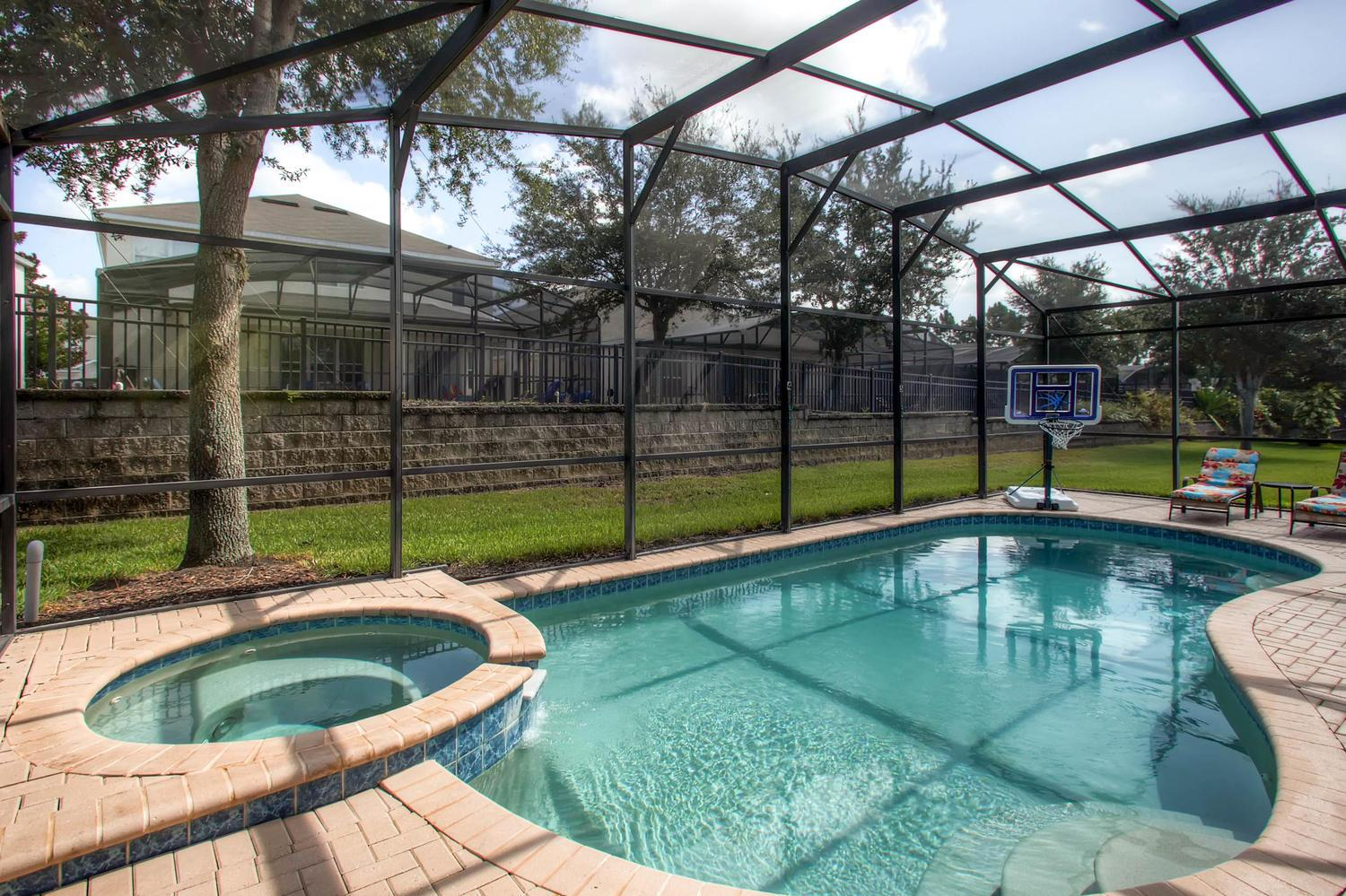 Private screened-in pool and spa w BBQ grill , pool toys, basketball hoop & more