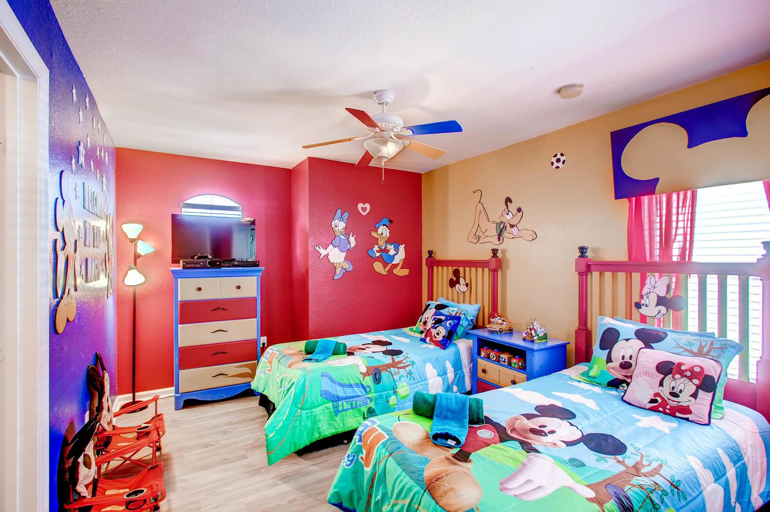 """Mickey  themed room with 32"""" TV, XBOX One S and XBOX games & ensuite full bath"""