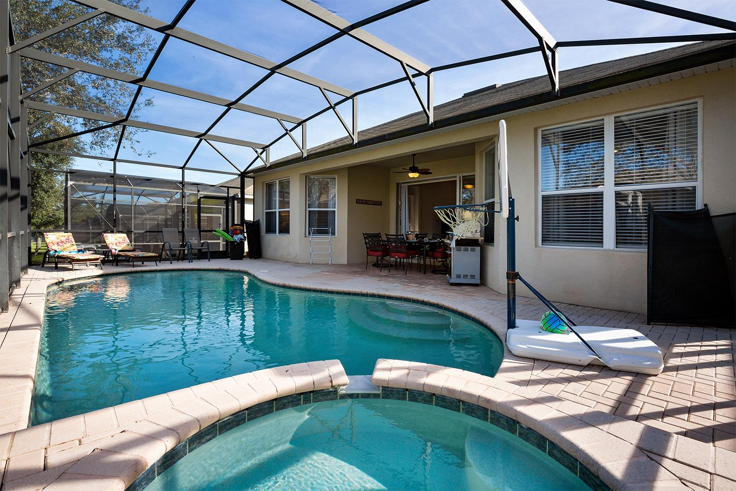 Private screened in pool & spa w/ pool basketball hoop, free BBQ grill & outdoor entertainment area