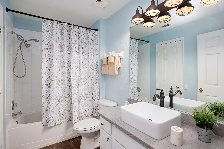 Full master bath adjoining the Queen bedroom.