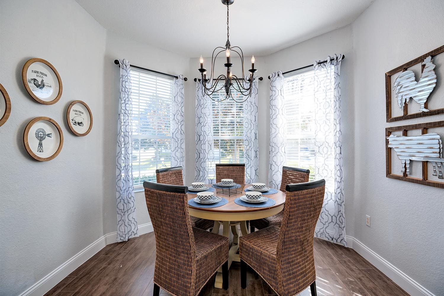 Breakfast nook in the kitchen that can comfortably seat 5