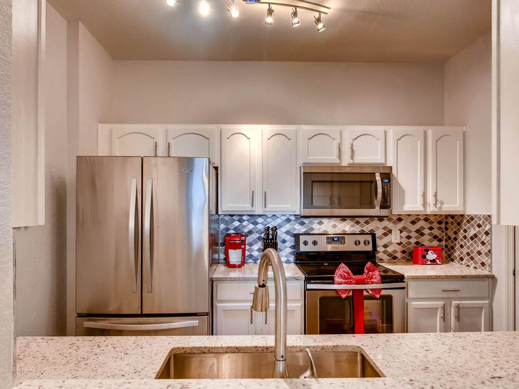 Fully Equipped & Upgraded Kitchen with granite countertops and SS applicances