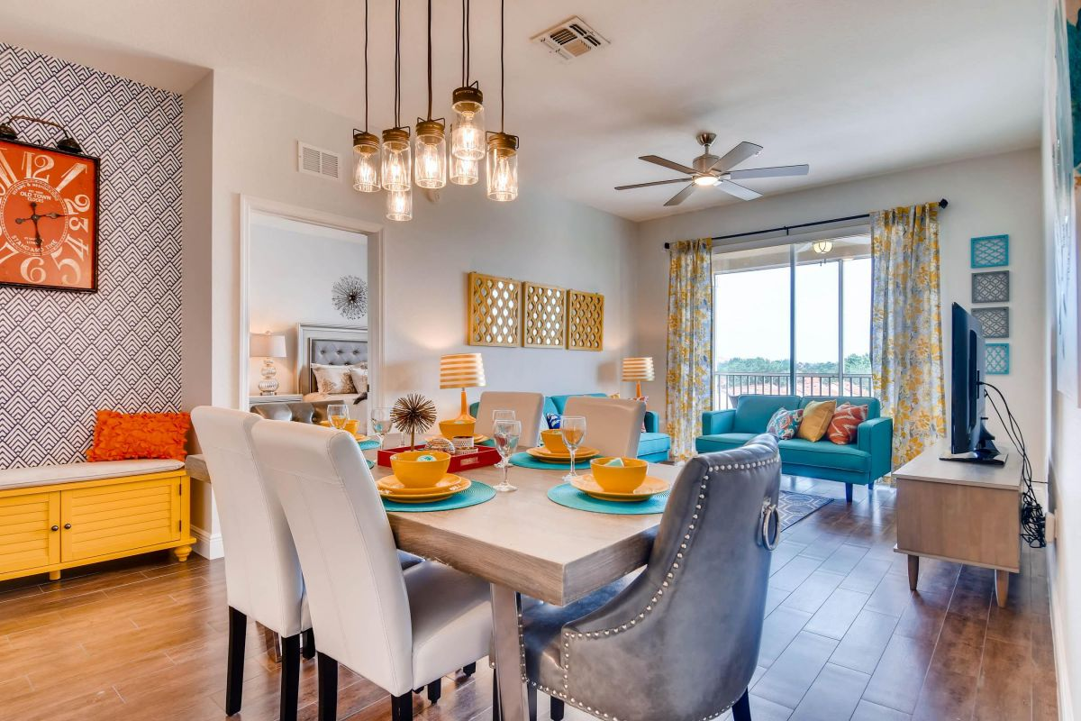 Tastefully decorated living & dining area w/ ample seating for the entire family