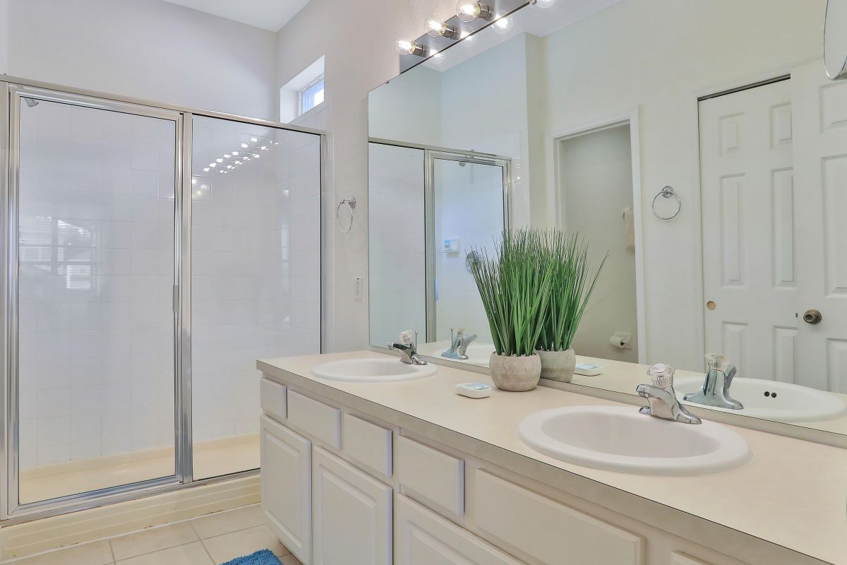 King suite bath with two sinks